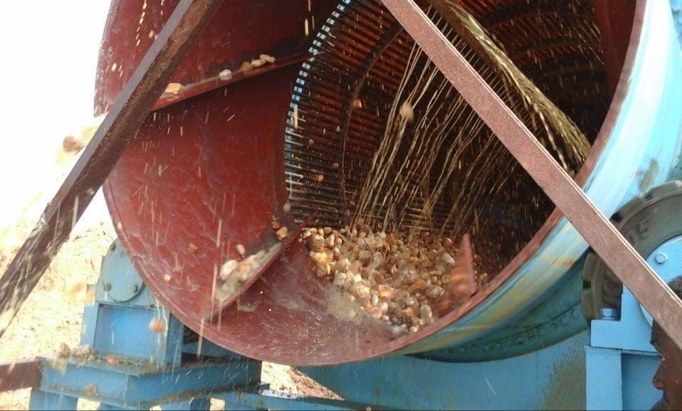 Процесс промывки аллювиального золота